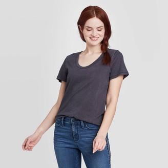 Universal Thread Women's Short Sleeve V-Neck Relaxed Fit T-Shirt - Universal ThreadTM