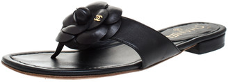 Chanel Black Leather CC Camellia Thong Flat Sandals Size 38.5