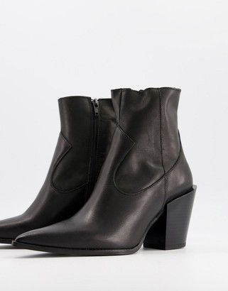 Depp pointed western boots in black leather