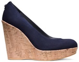 kate middleton  Who made  Kate Middletons navy suede clutch handbag, blazer, jewelry, tan wedge pumps, and blue dress?