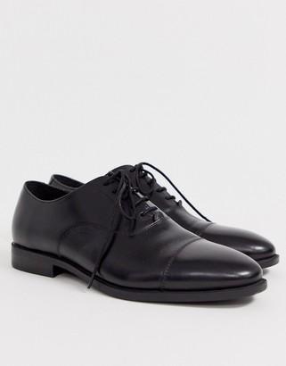 Office toe cap in black leather