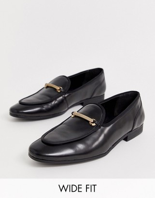 Asos Design DESIGN Wide Fit loafers in black leather with gold snaffle
