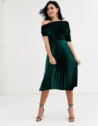 Asos Design DESIGN fallen ruched shoulder pleated midi dress in velvet-Green