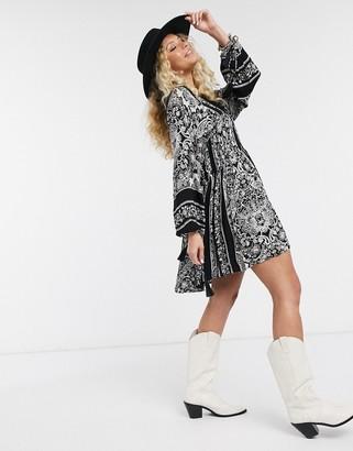 En Creme swing dress with drop waist and volume sleeves in paisley print