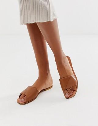 Asos Design DESIGN Favoured leather flat sandals-Tan