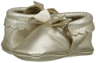 Freshly Picked Soft Sole Bow Moccasins (Infant/Toddler) (Platinum) Girl's Shoes