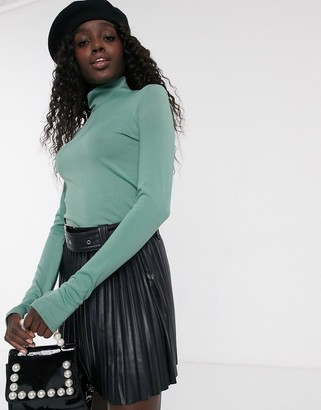 Pieces slinky top with roll neck in green