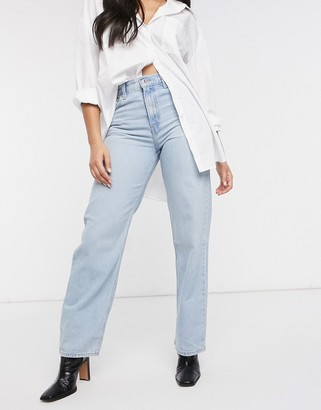 Levi's loose straight jean with rip in lightwash blue
