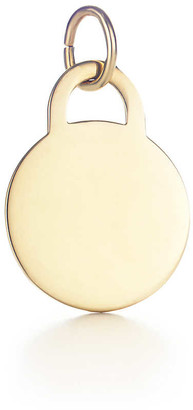 Tiffany & Co. Round tag charm in 18k gold, medium