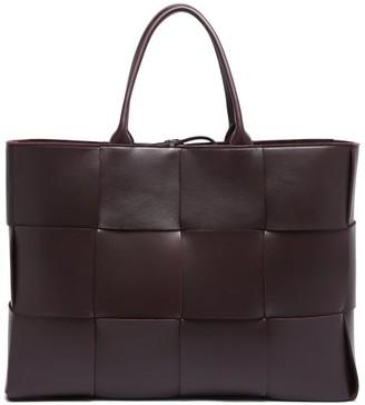 Bottega Veneta The Arco Intrecciato-leather Tote Bag - Dark Burgundy