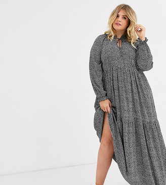 New Look Plus New Look Curve tiered maxi dress in black pattern