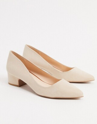 Qupid mid heel pointed shoes in beige