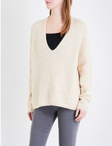 Closed V-neck knitted jumper
