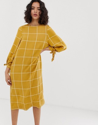 NATIVE YOUTH relaxed smock midi dress with tie cuffs in grid check-Brown