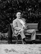 PickYourImage Vintage photo of Carlo Ponti sitting smilingly on a bench.