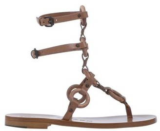 Álvaro González Toe post sandal