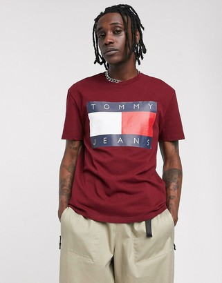 Tommy Jeans t-shirt in burgundy with large chest flag logo-Red