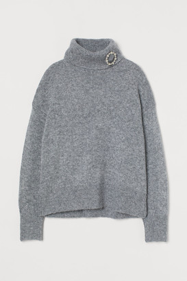 H&M Polo-neck jumper with a brooch