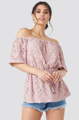 NA-KD Luisa Lion X Off Shoulder Lace Top Pink