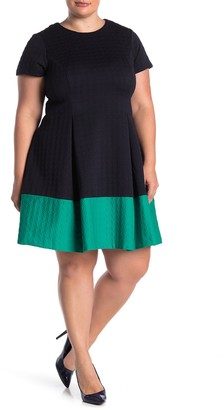 Vince Camuto Colorblock Short Sleeve Textured Knit Pleated Dress (Plus Size)