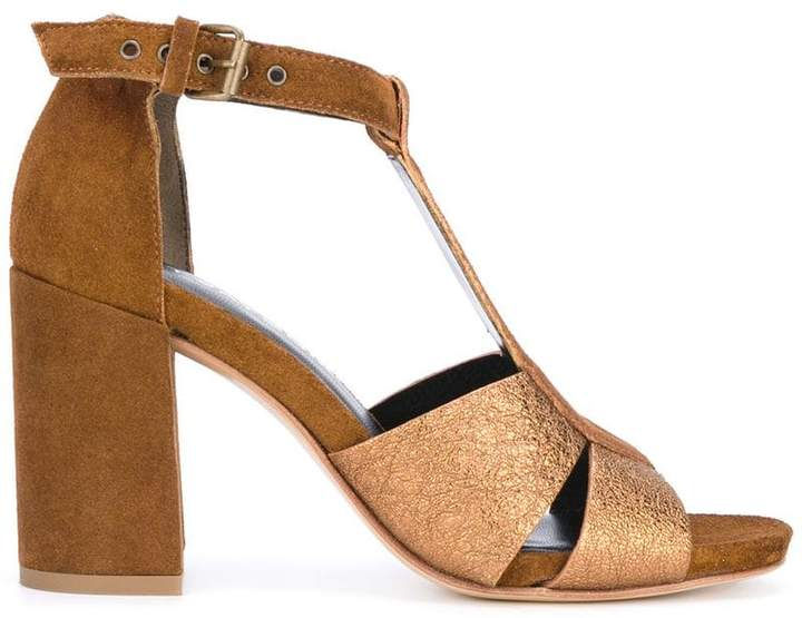 Strategia T-bar metallic sandals