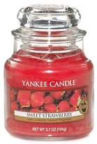 Yankee Candle Classic Housewarmer Small, Sweet Strawberry, Scented Candle, Room Scent in Glass / Jar, 1053529