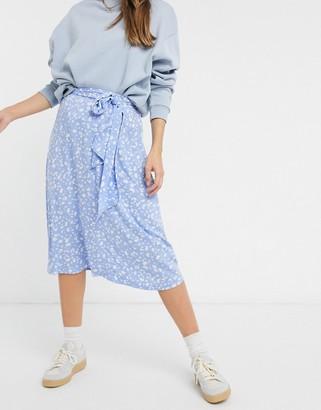 Monki Sissel midi skirt with tie detail in blue print