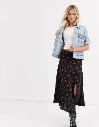 New Look side split skirt in rose floral print-Black