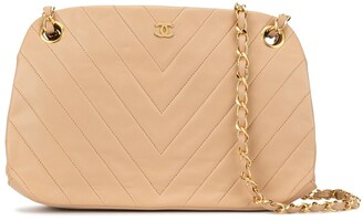 Chanel Pre Owned 1990s Chevron quilt chain shoulder bag
