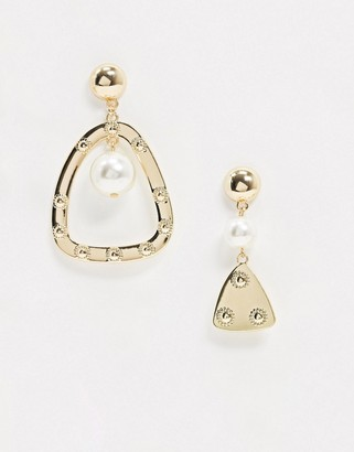 Glamorous asymmetrical pearl and hammered gold earrings in gold