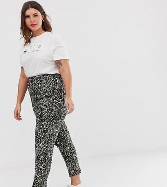 New Look Plus Curve woven jogger in animal print-Green