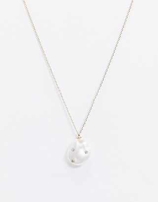 Pieces necklace with faux pearl pendant in gold