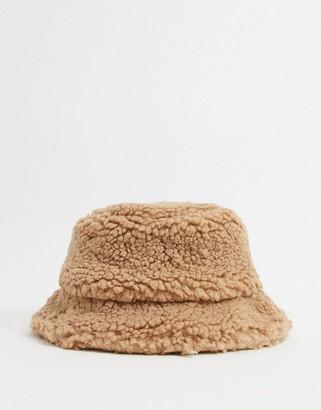 Glamorous bucket hat in camel teddy