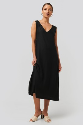 NA-KD V-Neck Sleeveless Midi Dress