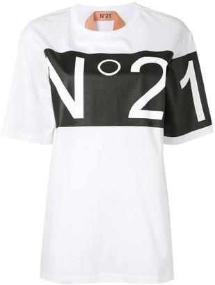 No.21 contrast logo print T-shirt