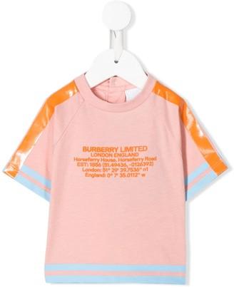 BURBERRY KIDS tape detail location-print T-shirt