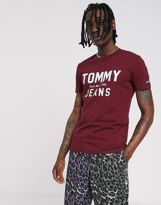 Tommy Jeans essential t-shirt in burgundy with large chest logo-Red
