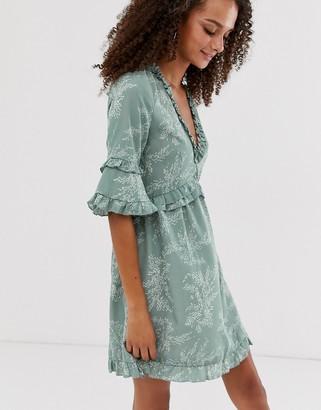 Parisian ruffle detail smock dress in mini fern print-Green