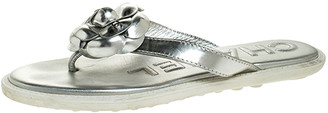 Chanel Metallic Silver Leather CC Camellia Thong Flat Sandals Size 37.5
