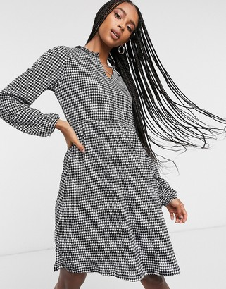 Only mini smock dress with v neck in mono houndstooth print