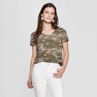 Universal Thread Women's Camo Print Relaxed Fit Short Sleeve V-Neck Monterey Pocket T-Shirt Green