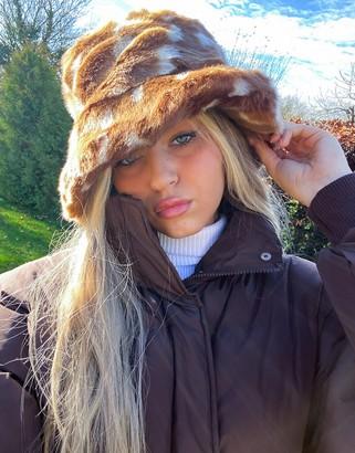 Jakke hattie faux fur bucket hat in bambi print