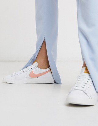 Nike Blazer Low in white and pink