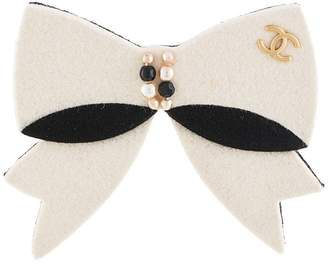 Chanel Pre-Owned 2002 faux-pearl bow brooch