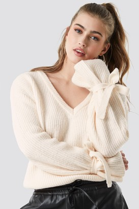Linn Ahlborg X NA-KD V-Neck Tie Sleeve Sweater