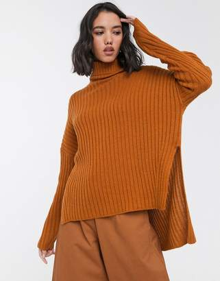 Only ribbed jumper with roll neck and side split in rust-Brown