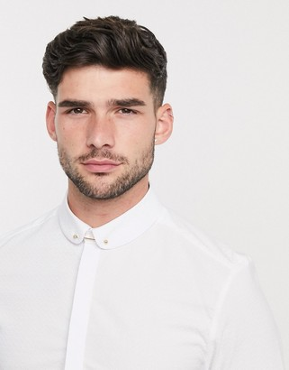 ASOS DESIGN skinny fit textured penny collar shirt with collar bar in white