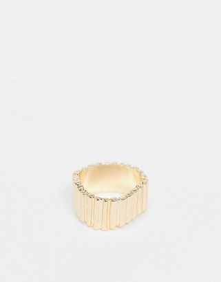 Pieces textured ring in gold