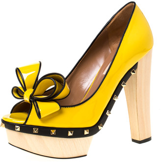 Valentino Yellow/Black Patent Leather Wooden Platform Rockstud Trim Bow Detail Peep Toe Pumps Size 38.5