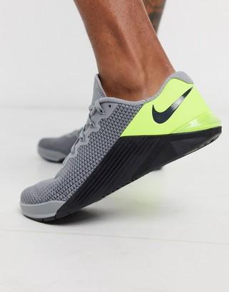 Nike Training Nike Metcon 5 sneakers in grey and green